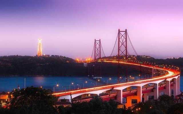 lisbon 25th april bridge-night