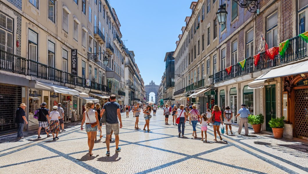 tourists-in-lisbon